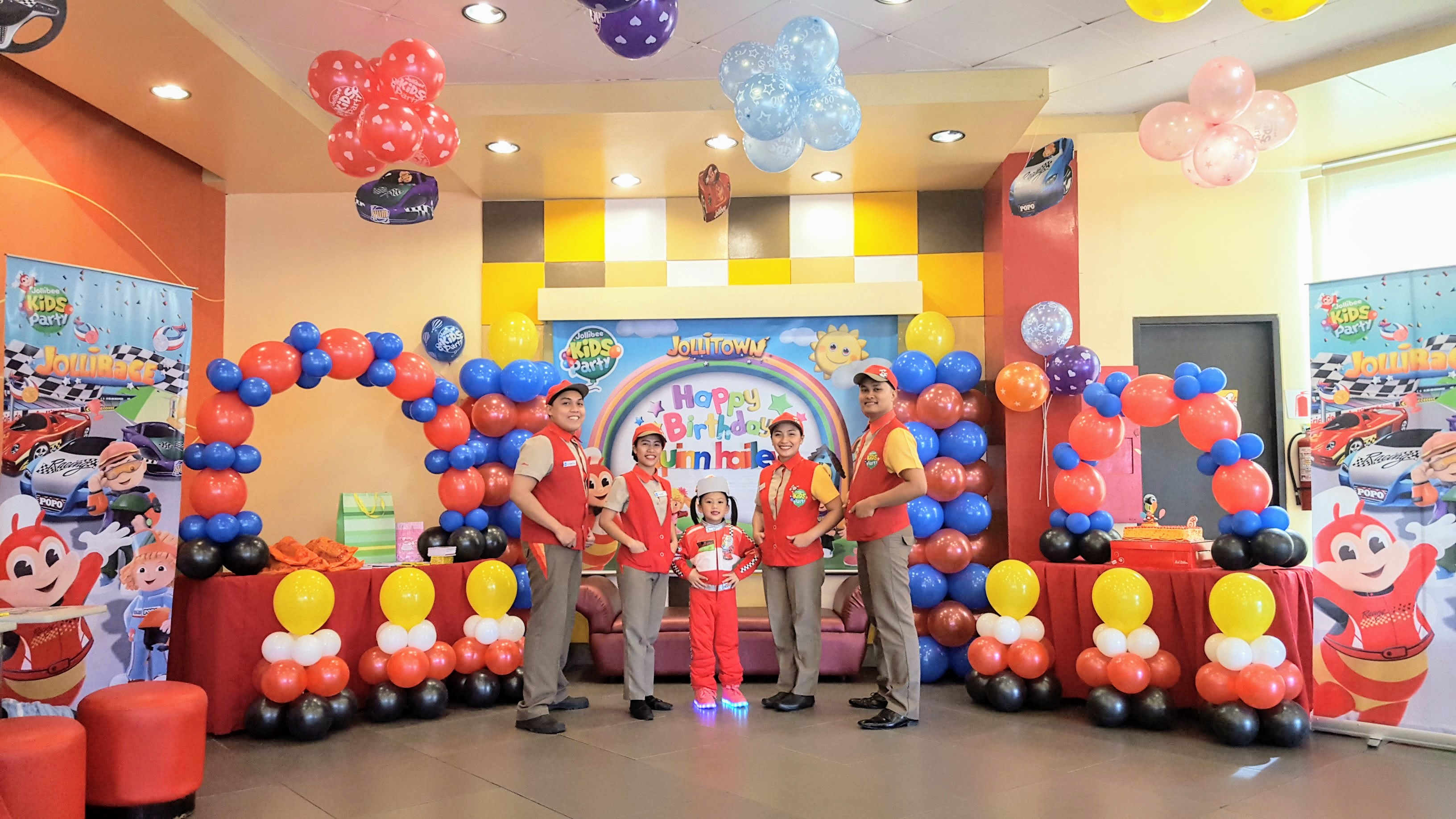 Rev up for jollibee 39 s new exciting party theme jollirace for Balloon decoration for birthday party philippines